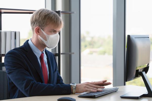 Результат пошуку зображень за запитом Картинки  працівники в установах гігієна робочих місць з меитою запобігання COVID